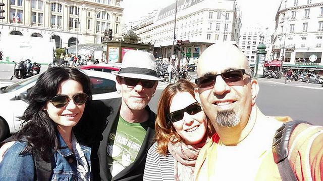 זוגות זוגות בעיר האורות: גיא עם זוגתו וזוג חברים בפריז (צילום: גיא לוי)