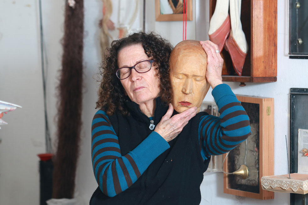 """דבורה מורג בסטודיו שלה בתל אביב.""""חשוב להשמיע את הקול האישי שלנו ללא פחד, גם אם הוא נוגד את הקול הציבורי"""" (צילום: דנה קופל)"""