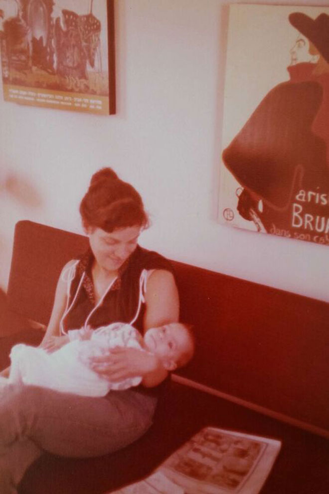 """כתינוקת, עם אמה. """"ההורים היו נוכחים ודומיננטיים"""" (צילום: מתוך אלבום פרטי)"""