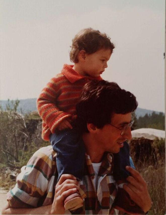 """עם אביה. """"התחיל ללמוד רפואה כשכבר היה נשוי ואב"""" (צילום: מתוך אלבום פרטי)"""