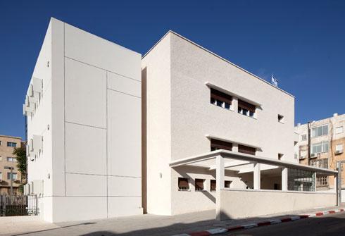 אחרי השימור (אדריכל יואב מסר), כעת חלק מבית הספר בלפור, בתכנונו של שיפמן גם כן (צילום: יעל אנגלהרט)