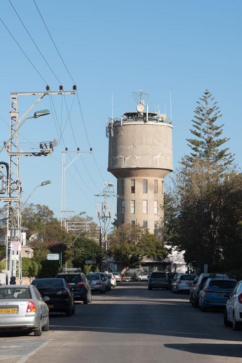מגדל המים הוא סמל השכונה. ברוטליזם ישראלי ברוח התקופה (צילום: ליאור גרודמן)