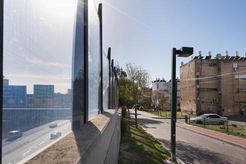 והיום. מבט מהבתים בקו הראשון על נתיבי איילון, שלא הוסיפו יוקרה (ושקט) לשכונה (צילום: ליאור גרודמן)