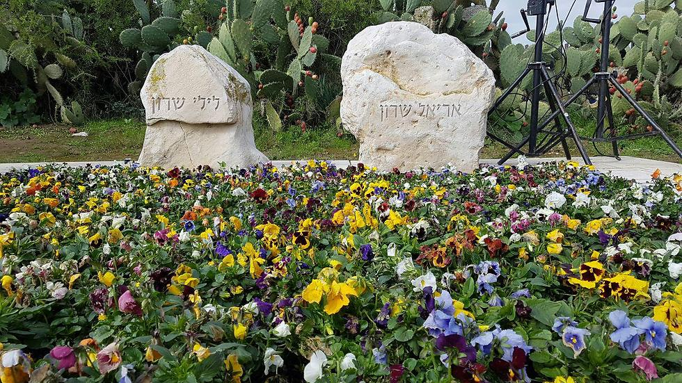 Lily (L) and Ariel Sharon's graves (Photo: Roee Idan)
