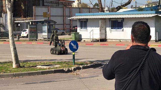 Eliminating the device on Friday morning (Photo: Israel Police)