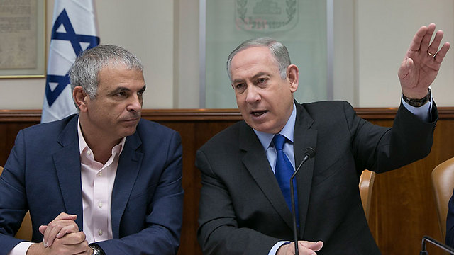 Prime Minister Benjamin Netanyahu (R) and Finance Minister Moshe Kahlon (Photo: Olivia Pitosi)