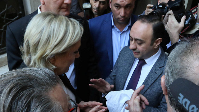 Le Pen refuses to wear headscarf (Photo: Reuters)