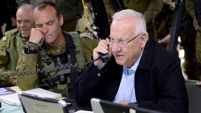 """""""כאן הנשיא, עבור"""". ריבלין בקשר עם החיילים בשטח (צילום: מארק ניימן, לע""""מ)"""