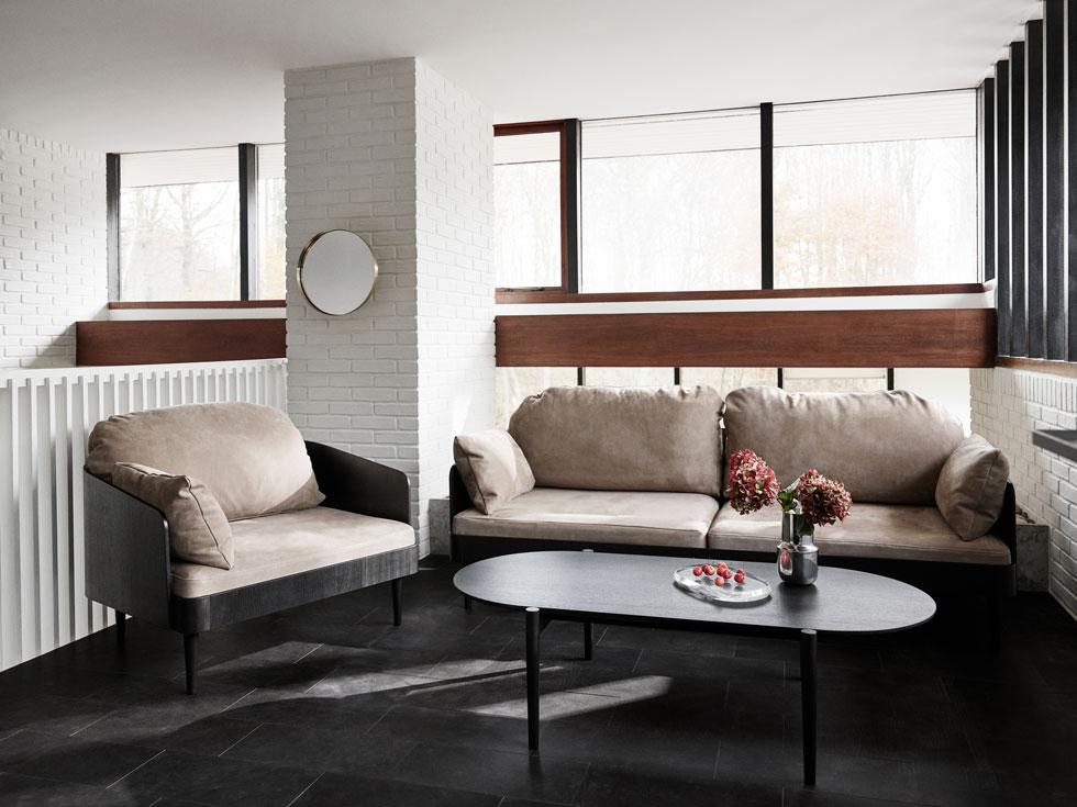 סלון בסקלת גוונים סקנדינבית אופיינית. הספות התפוחות מפנות את מקומן לטובת רהיט קליל יותר - מסגרת דקיקה שבה מונח הריפוד - שאפשר להציג גם באמצע החדר בלי לחסום אותו (צילום: menu)
