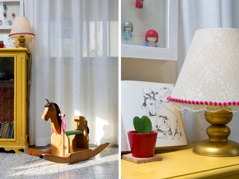 ארונית ישנה נצבעה בצהוב, האהיל שודרג בפס פונפונים ורוד, ובובות יפניות קטנות מוסגרו יחד כתמונה (צילום: שירן כרמל)