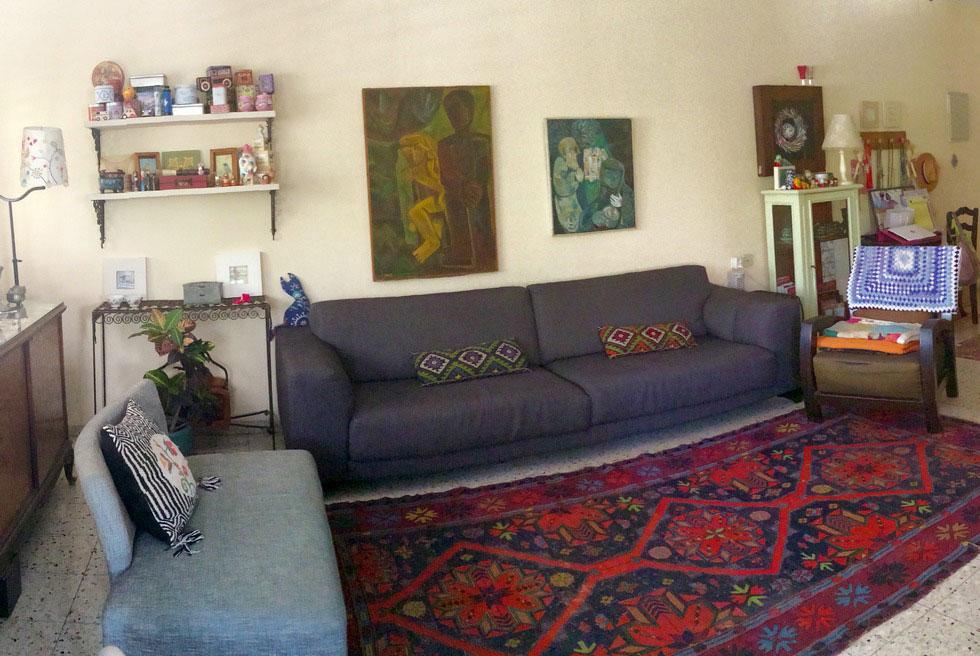 הסלון לפני השינוי. אגמון לא אהבה את הדירה השכורה, שהייתה חסרת ייחוד ושמחה בעיניה. לתהליך השינוי נרתמו כל בני המשפחה
