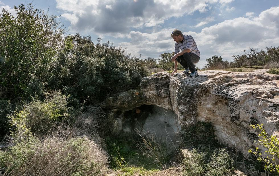 """בגבעה לא רק בעלי חיים רבים וצמחייה טבעית, אלא גם מערות גיר ואתרים ארכיאולוגיים. """"בשבתות או אחרי הצהריים"""", מספרים תושבי שכונת רמת בגין, """"באים לכאן טונות של אנשים"""" (צילום: אינסה ביננבאום)"""