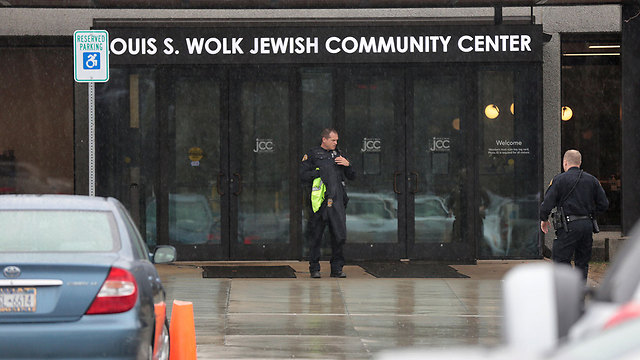 Police search a Jewish Community Center after a bomb threat was reported in the Rochester suburb of Brighton, New York, U.S., March 7, 2017. (Photo: Reuters)