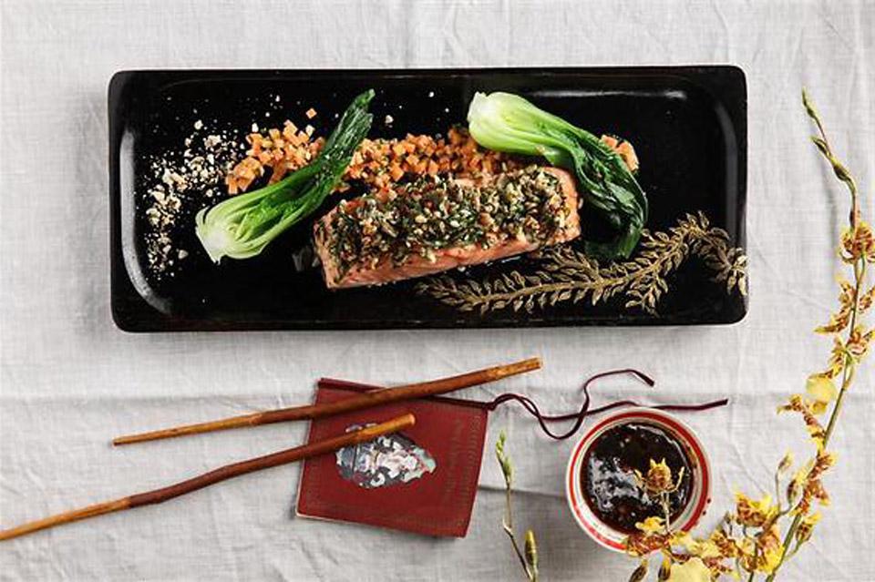 Хрустящий лосось с капустой пак-чой. Фото: Хен Диамант