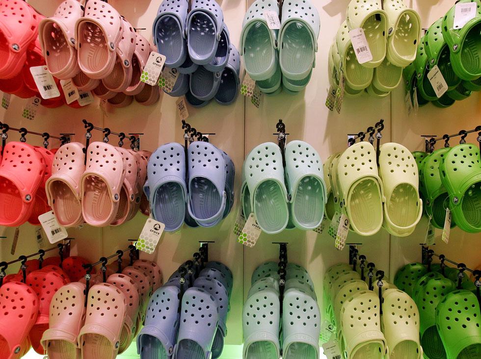 היחס לנעל הקרוקס בעולם תמיד התחלק לשניים: אלה שאוהבים אותה כי היא פשוט נוחה להם, ואלה שרואים בה סמל לוולגריות וחוסר טעם (צילום: Gettyimages)
