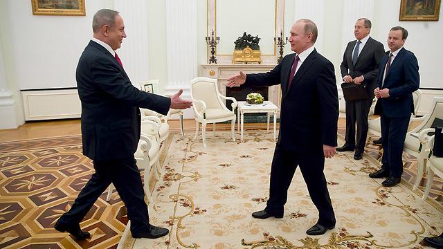 Netanyahu and Putin greet each other. (Photo: EPA)