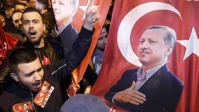 Pro- Erdogan protestors (Photo: Reuters)