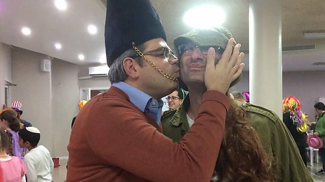 """""""אני אתחתן איתך"""": דניאל גולדמן, יו""""ר ארגון """"גשר"""", פגש בעזרת הגברים של בית הכנסת בבית שמש """"חברה"""""""