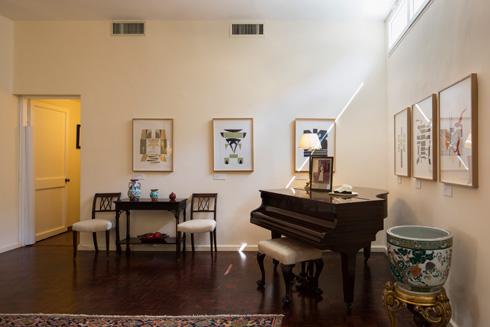 ליצירות שתלויות בבית יש קשר למקום ולישראל, מסביר הנריקז (צילום: טל ניסים)