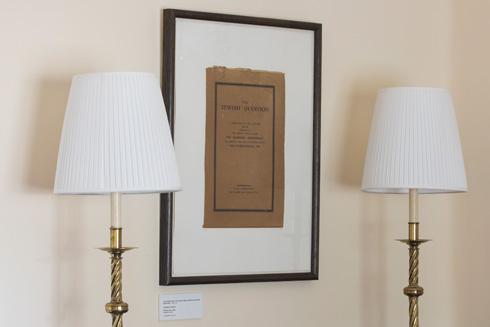 על הקיר הדפס מהספר ''השאלה היהודית'' (צילום: טל ניסים)
