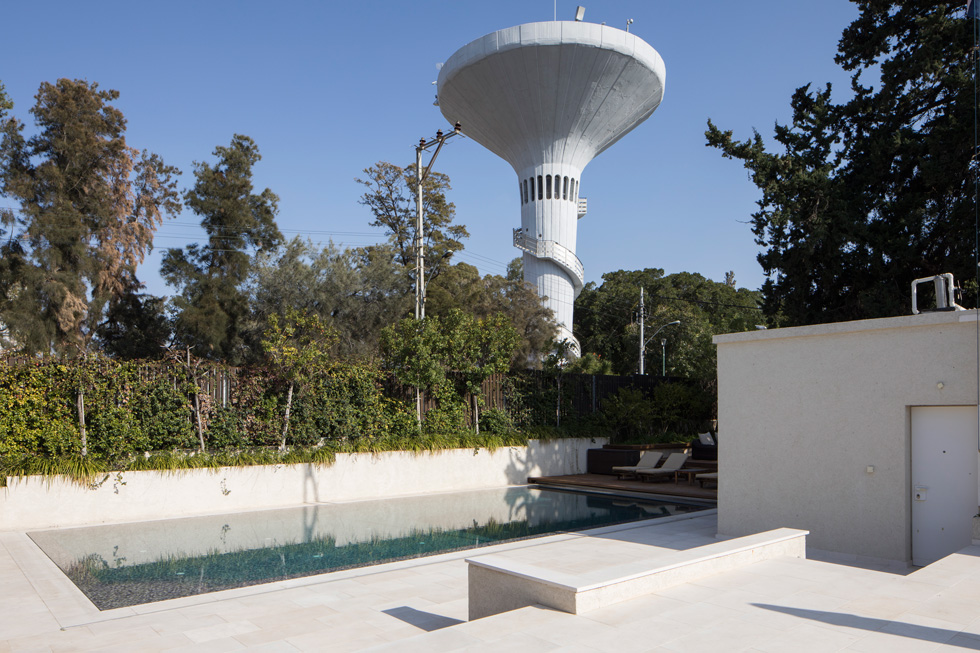 על בריכת השחייה משקיף מגדל המים המפורסם של רמת גן, ויש אליה יציאה ישירה מחדרם של בני הזוג, שנמצא באגף מוגבה מעט של הבית (צילום: טל ניסים)