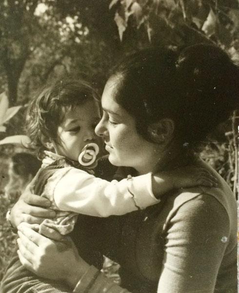 אגמון בילדותה, עם אמה, רינה צ'סקלה