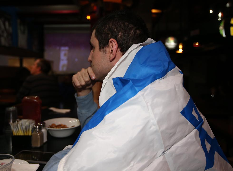 אוהד עטוף בדגל ישראל (צילום: אורן אהרוני)