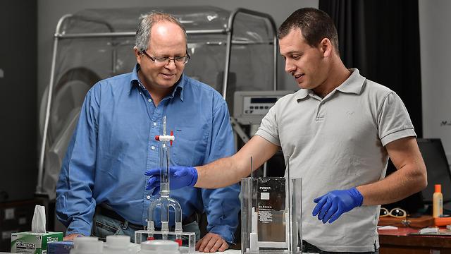 """ד""""ר חן דותן (מימין) ופרופ' אבנר רוטשילד במעבדה (צילום: ניצן זוהר, דוברות הטכניון)"""