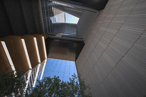 האטריום בחלק הרחב של הבניין. במקור זה היה אמור להיות קיר מסך (הדמיה: רון ארד אדריכלים)