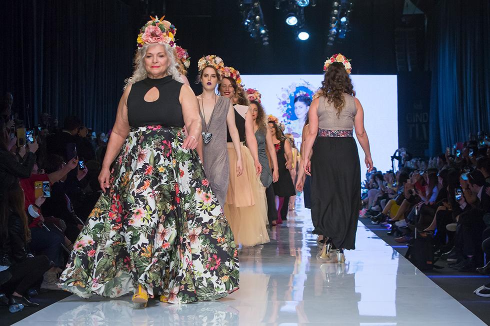 """קונספט ה""""כמו כולם"""" הוא בעיניי אחת הרעות החולות של עולם האופנה, בעצם של העולם כולו. בואו נודה – לא שוס פה, החיים שלנו קשים, מזיעים, ולגמרי לא בלונדיניים. תצוגת האופנה של אנה לוקצקי (צילום: ענבל מרמרי)"""