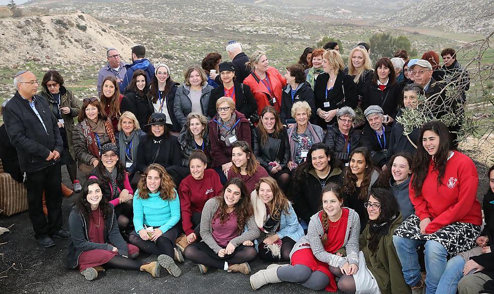 """""""התחושה העיקרית שקיבלנו, המתגייסות, היא שפשוט אכזבנו את המערכת, ועל זה חבל לי"""". בנות המכינה - עם נשות """"אמונה"""" העולמית בביקורן בישראל (צילום: יוסי זמיר)"""