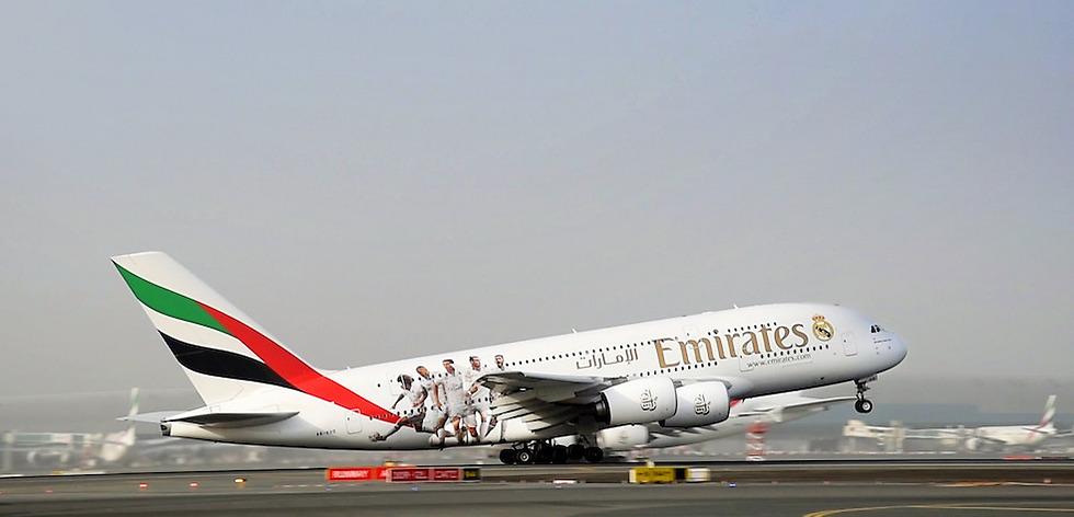 מטוס אמירייטס עם דמויות שחקני ריאל מדריד ממריא מדובאי (צילום: Emirates)