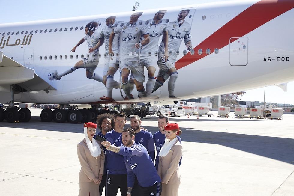 כוכבי ריאל מדריד עם דיילות אמירייטס (צילומים: Emirates) (צילום: Emirates)