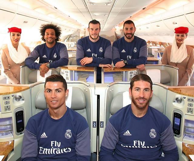 מאחור: בנזמה, בייל, מרסלו והדיילות. יושבים במושבי מחלקת העסקים: ראמוס ורונאלדו (צילום: Emirates)