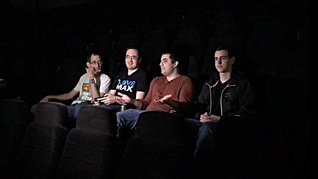 ארבעה גיימרים לבד מול מסך ענק (צילום: גיא לוי)