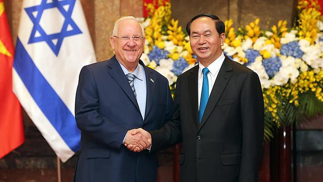 נשיא המדינה עם עמיתו בווייטנאם (צילום: EPA)