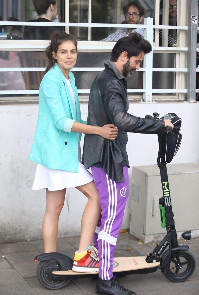הוא רכב על אופניים, לה היה מבט תמים. שלומית מלכה ויהודה לוי (צילום: מוטי קמחי)