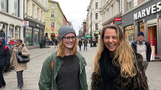 """קרן נרבו (משמאל) עם חברתה כריסטינה דווידסן. """"אין לנו על מה להתלונן"""" (צילום: רויטרס)"""