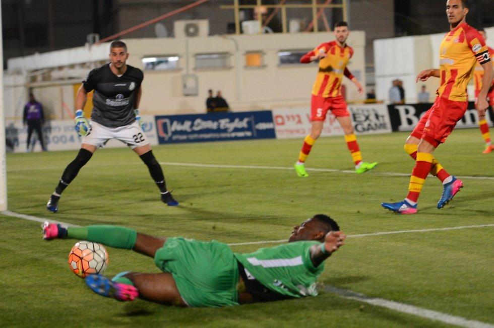 צ'יבוטה מנסה להגיע לכדור (צילום: אבי רוקח)