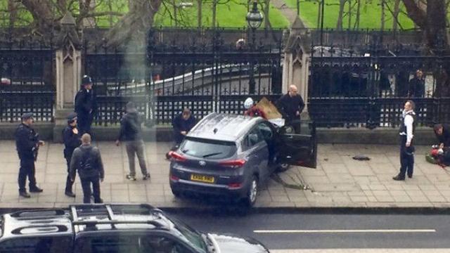 המכונית של המחבל בגדר של בניין הפרלמנט