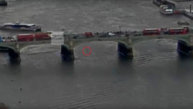 אחת הפצועות היא אישה שקפצה מהגשר לנהר. מתוך תיעוד הפיגוע (צילום מסך)