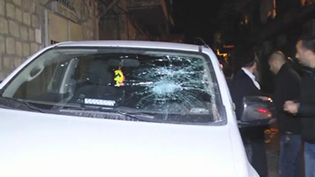 חלון של ניידת משטרה שנופץ במהלך גל המעצרים (צילום: דוברת משטרה )