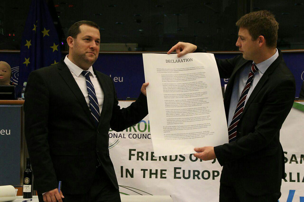 Yossi Dagan and Petr Mach present the declaration (Photo: Benjamin Pataki)