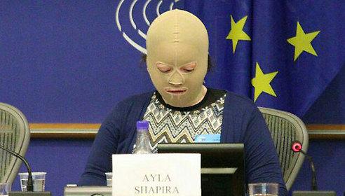 Ayla Shapira speaks in front of the EU Parliament (Photo: Benjamin Pataki)