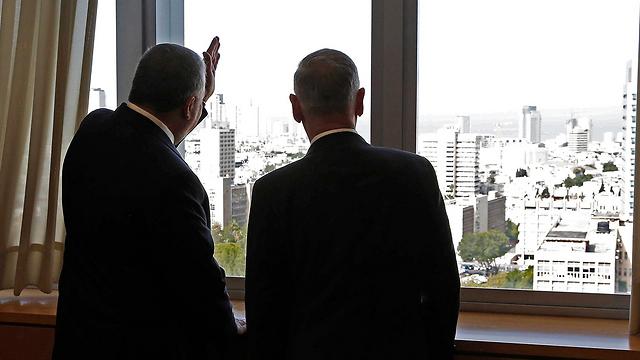 מאטיס וליברמן צופים על תל אביב (צילום: AP)