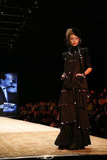 תצוגת האופנה של דורית בר אור. באווירת חאפלה ובליווי מוזיקה של אום כולתום (צילום: טל ניסים)