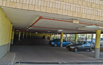 חנייה חצי תת-קרקעית באחד הבניינים (צילום: יניב ברמן)