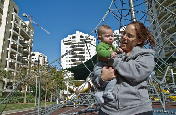 זוגות צעירים ממעמד בינוני-גבוה הם חלק מדיירי השכונה הפופולרית. רוב גני הילדים שוכנים במבנים זמניים (צילום: יניב ברמן)
