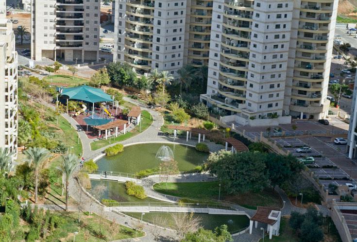 הפארק השכונתי. מיקומו בשולי השכונה מעורר תמיהה, אך זהו עדיין החלק המוצלח ביותר בשכונה: עשיר באפשרויות שהייה, משחק ותנועה (צילום: יניב ברמן)