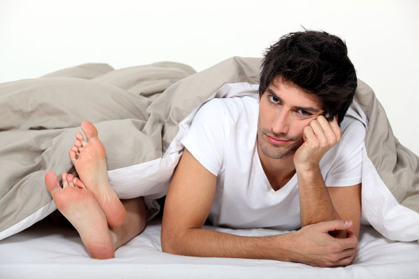 ''שנייה, מותק, לפני שנכנסים למיטה אני רוצה לעשות לך בדיקת איי.קיו'' (צילום: shutterstock)